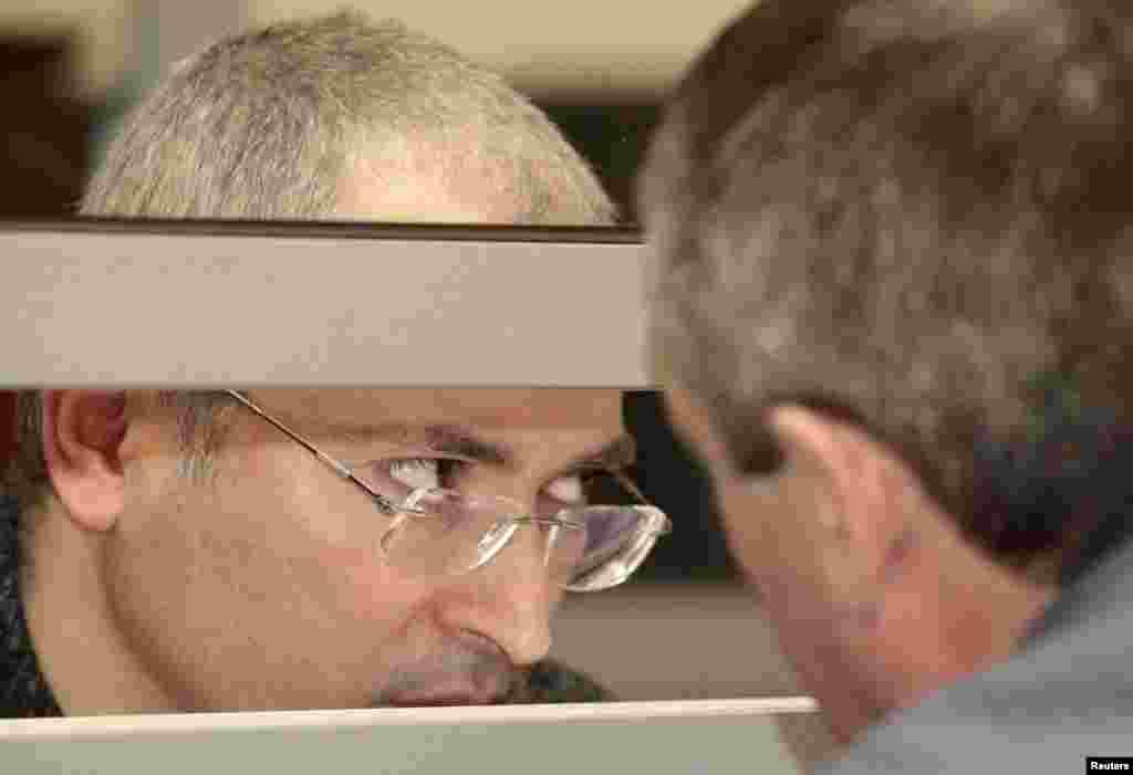 Михаил Ходорковский в зале суда, апрель 2011 года