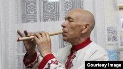 Мигул Хумирек привез с берегов Акдениза камыш и уже успел изготовить из него шăпăр (дудочку)