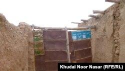 د افغان کډوالو کمپ کې د زلمي کور چې طالبانو په افغانستان کې د ماین پاکۍ پر مهال وژلی وو.