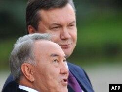 Украинаның бұрынғы президенті Виктор Янукович (оң жақта) пен Қазақстан президенті Нұрсұлтан Назарбаев. Киев, 14 қыркүйек 2010 жыл. (Көрнекі сурет)