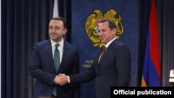 Министр обороны Армении Давид Тоноян (справа) и министр обороны Грузии Ираклий Гарибашвили, Ереван, 27 февраля 2020 г.
