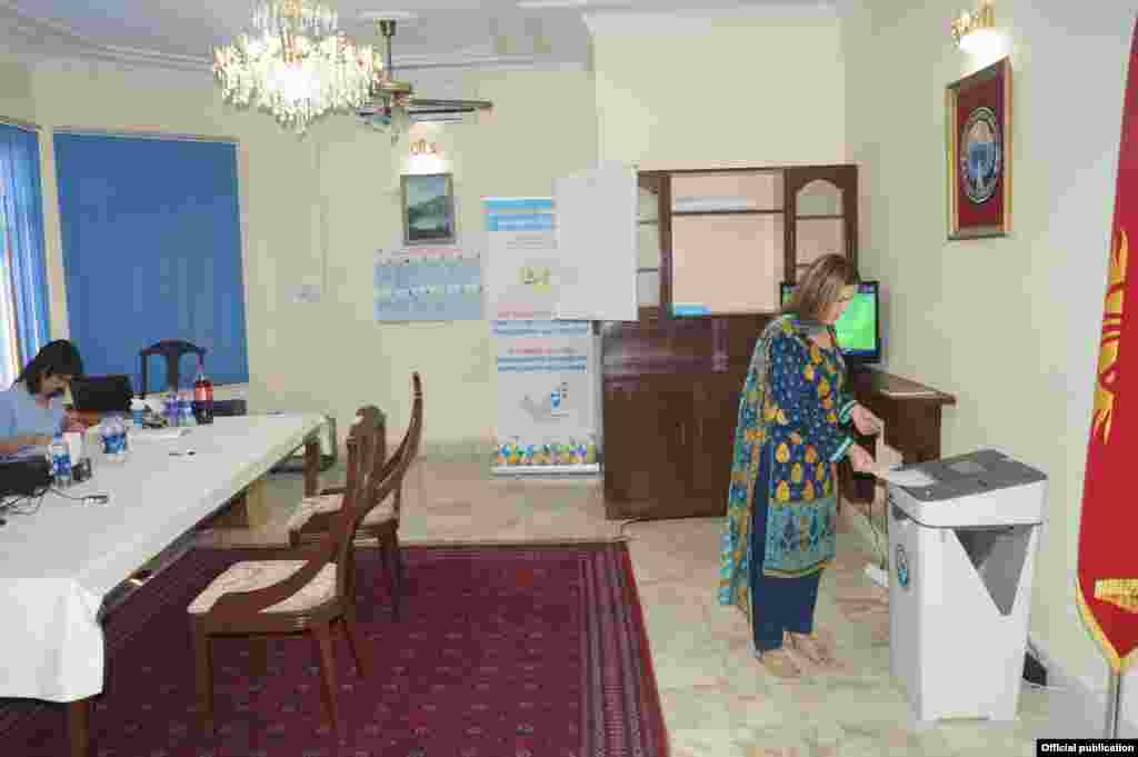 Кыргызстанцы голосуют в Исламабаде (Пакистан)