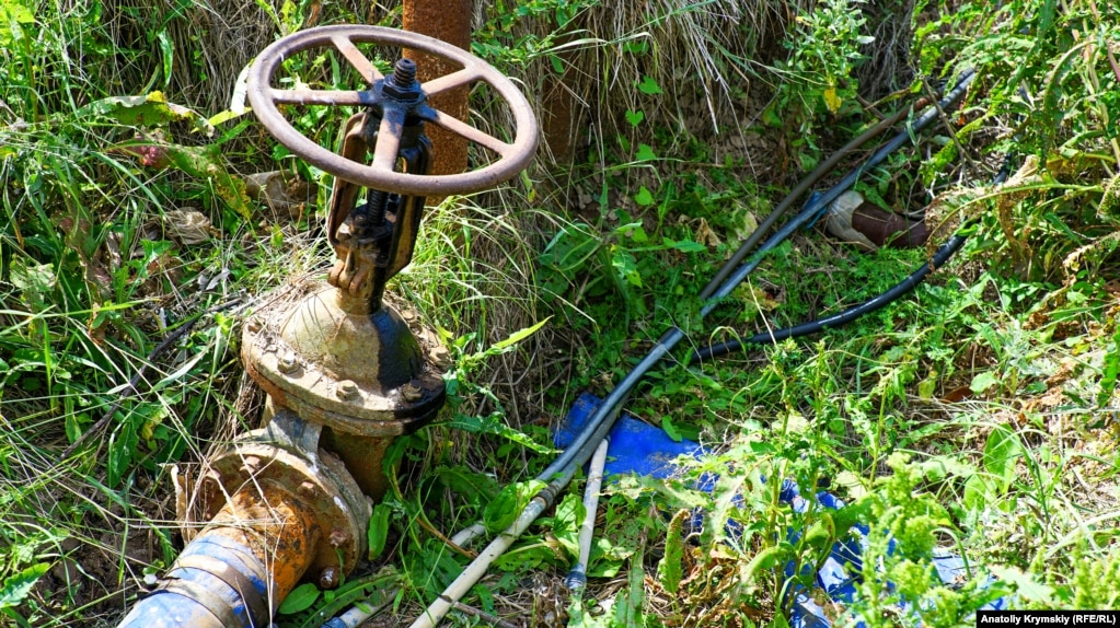 Теперь же по подземным трубам вода качается исключительно из артезианских скважин