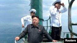 Лидер КНДР Ким Чен Ун на подводной лодке.