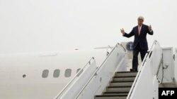 هواپیمای حامل جان کری صبح ۲۲ فروردین ماه در پایگاه آمریکا در «ایواکونی» در غرب هیروشیما به زمین نشست