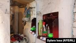 Зеркало, рядом ванные принадлежности в доме Жанботы Боранбаевой.
