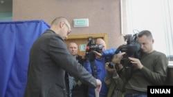 Kryeministri Arseniy Yatsenyuk duke votuar në zgjedhjet e sotme lokale në Kiev të Ukrainës