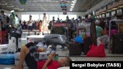 Туристы в аэропорту Антальи. Архивное фото.