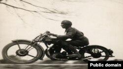 """Мартин Мункачи «На скорости 100 км/ч. Венгрия»; Berliner Morgenpost; 31 мая 1929 года. [Фото — <a href=""""http://mdf.ru/"""" target=_blank>«Московский дом фотографии»</a>]"""
