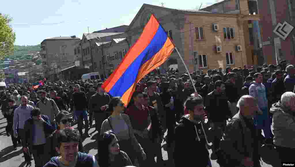 Сторонники оппозиции протестуют в Ереване, 17 апреля 2018 г.