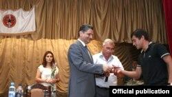 Премьер-министр Тигран Саргсян вручает партбилеты в Масисе