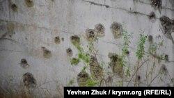 Следы на бетоне от снарядов и пуль