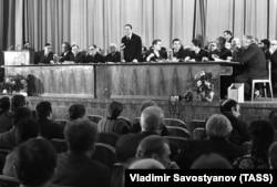 Первый секретарь Правления Союза писателей Георгий Марков (в центре) в президиуме пленума Союза писателей СССР, 1973 год