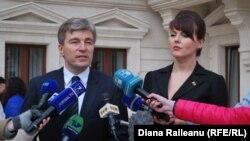 Eugen Carpov și Nina Ștanski la sediul OSCE de la Chișinău.