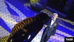 Дрессировщик Мстислав Запашный на цирковой арене в Москве в клетке с тигром. Москва, 21 мая 2008 года.