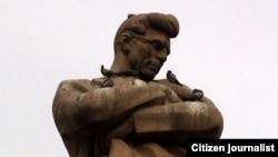 Памятник азербайджанскому поэту Джеферу Джаббарли.