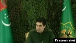 Prezident Berdimuhamedow çadyrda göçme mejlis geçirýär. Türkmen TW-sinden alnan surat. 3-nji mart, 2014 ý.