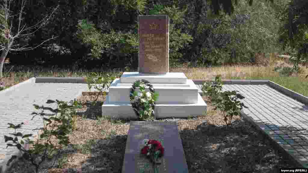 Мемориал жителям Солнечной Долины, участвовавшим во Второй мировой войне. На памятнике перечислен 21 погибший, по бокам мемориала – списки раненых и прошедших войну