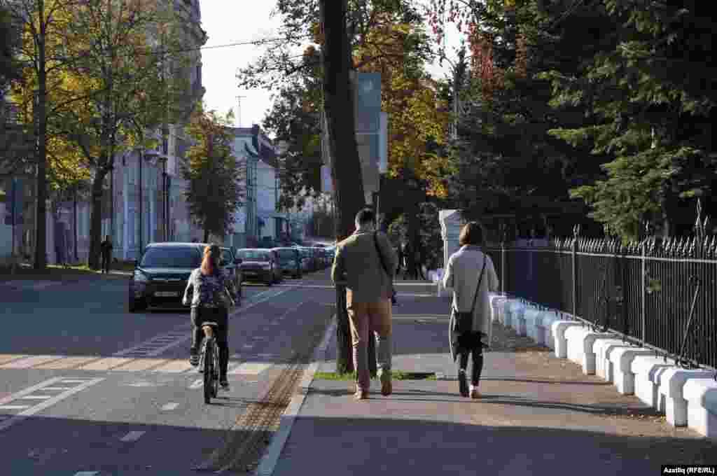 Парк янындагы велосипед юлы.