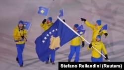Kore e Jugut: Albin Tahiri parakalon me flamurin shtetëror të Kosovës, në ceremoninë hapëse të Lojërave Olimpike Dimërore. 9 shkurt, 2018