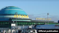 У терминала аэропорта Астаны.