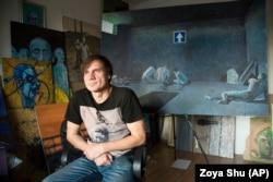Художник Сергій Захаров пережив у полоні тортури, його тричі виводили на розстріл. Полон став темою кількох графічних циклів. Ця фотографія зроблена в його київській майстерні