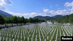 Меморіальний цвинтар Поточарі біля Сребрениці – тут ховають останки знайдених та ідентифікованих жертв трагедії. Наразі тут перепоховані вже близько шести тисяч убитих