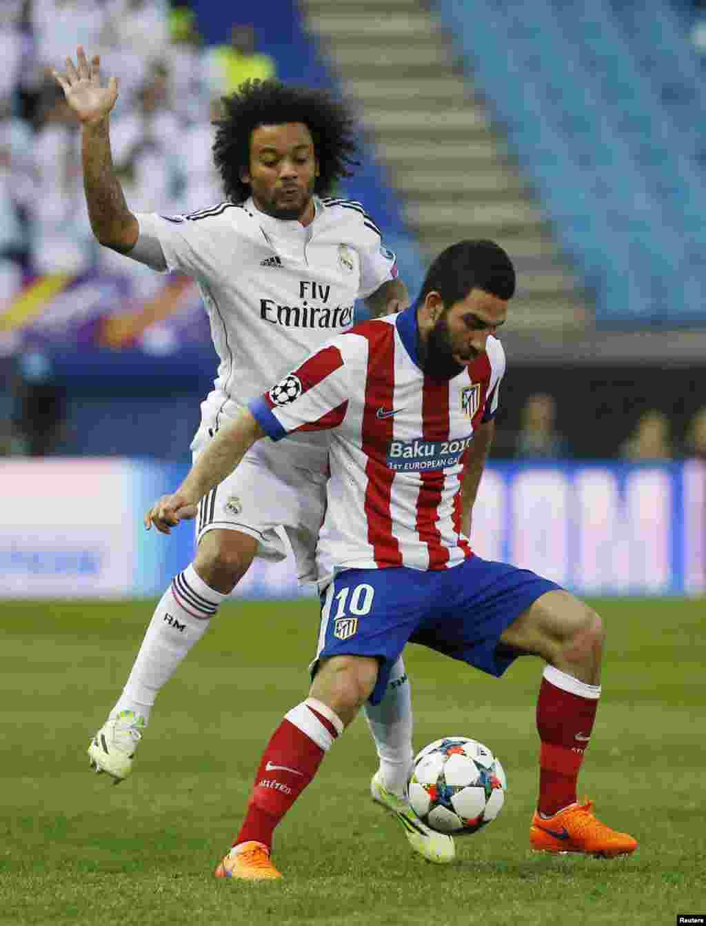 Marcelo topu Arda Turandan almağa çalışır (Reuters / Paul Hanna)