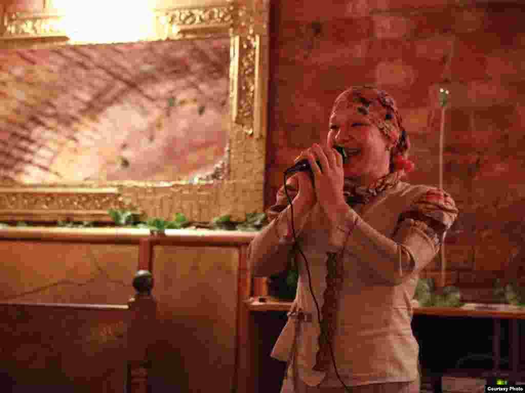 """Микрофон артистлар кулына күчте. Җырчы Наилә Фатехова башта үзе җитәкләгән """"Мәдинә"""" рухи музыкасы ансамбле турында сөйләде."""