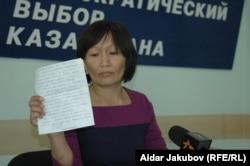 Зоя Нарымбаева, жена политического заключенного Ермека Нарымбаева, выступает на пресс-конференции. Алматы, 27 сентября 2010 года.
