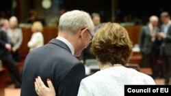 Глава Европейского совета Херман Ван Ромпей (слева) и верховный представителе ЕС по внешней политике Кэтрин Эштон.