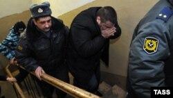 Лейтенант полиции Денис Иванов (в центре), обвиняемый в избиении 15-летнего Никиты Леонтьева