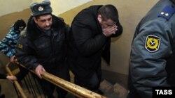 Лейтенант полиции Денис Иванов (в центре), обвиняемый в избиении 15-летнего подростка. 24 января 2012 года