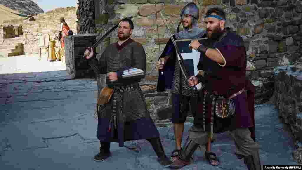 Лицарі зустрічають туристів біля входу в Генуезьку фортецю