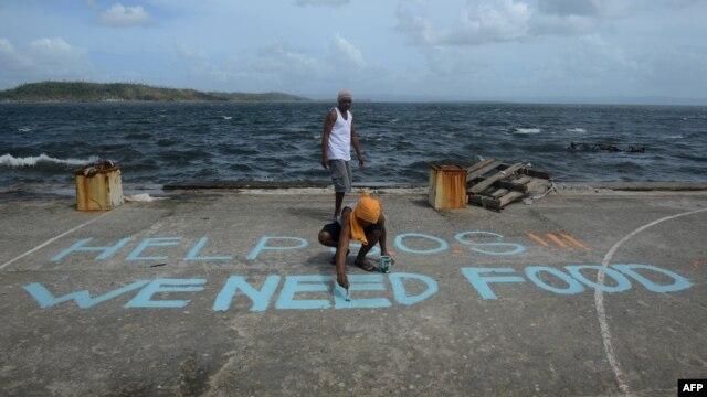 یکی از سانحهدیدگان روی زمین برای هلیکوپترهایی که از منطقه میگذرند مینویسد «ما به غذا نیاز داریم»