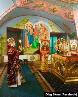 Покровський храм. літургію служить протоієрей Олег Скнар. Київ, вересень 2019 року