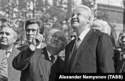 Мэр Москвы Юрий Лужков и первый президент России Борис Ельцин на Дне города в 1993 году