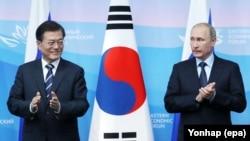 Президент России Владимир Путин (справа) и президент Южной Кореи Мун Чжэ Ин
