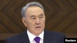 Қазақстан президенті Нұрсұлтан Назарбаев халыққа жолдауын оқып тұр. Астана, 27 қаңтар 2012 жыл.