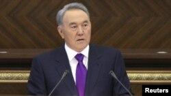 Қазақстан президенті Нұрсұлтан Назарбаев парламент мінберінде. Астана, 27 қаңтар 2012 жыл.