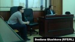 Подсудимый по делу о ДТП, в котором погиб пешеход, Диас Кивенов (слева). Астана, 16 января 2015 года.