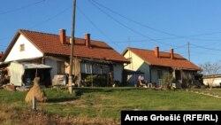 U dvadesetak oronulih jednospratnica stanuju raseljeni sa područja Doboja i Teslića