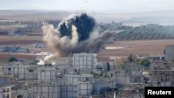 الدخان يتصاعد من احد احياء مدينة كوباني