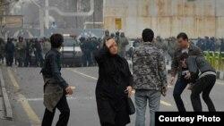 Тегеранда оппозиция тарапкерлери полиция менен кагылыша кетти. 27-декабрь, 2009-ж.