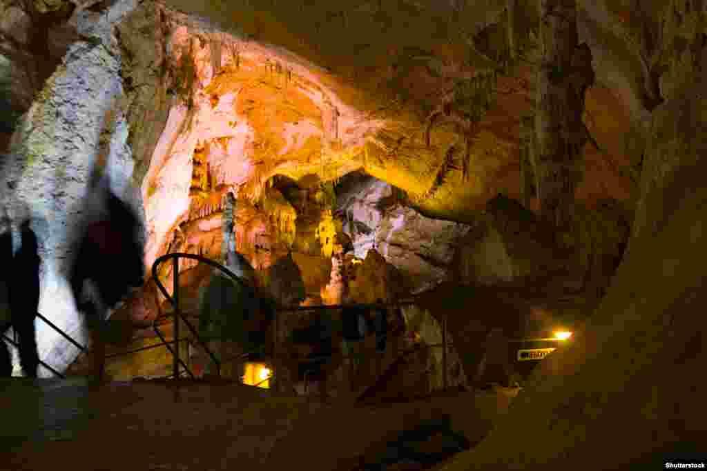 Для туристів поки відкрита лише невелика частина кримської печери, хоча передбачається додавання нових маршрутів, у тому числі для тих, хто має підготовку спелеолога