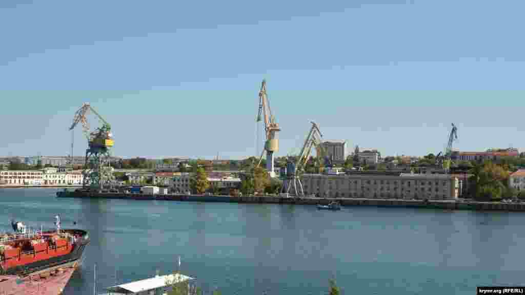 Краны в Южной бухте застыли, со стороны Севастопольского морского завода не слышно рабочего шума