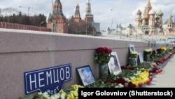 Кветкі на месцы забойства Барыса Нямцова