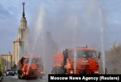 Дезинфекция улиц перед главным зданием МГУ. Апрель 2020 года
