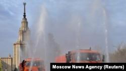 Mașini speciale dezinfectează piața din fața Universității de stat Lomonosov din Moscova, 24 aprilie 2020