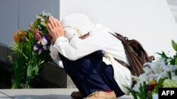 Жена се моли за жртвите од нуклеарниот напад врз Хирошима